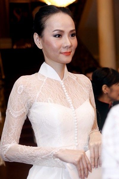 Vì đi xem đêm nghệ thuật dân tộc, người đẹp chọn một thiết kế áo dài của Trương Thanh Hải diện trong đêm này.