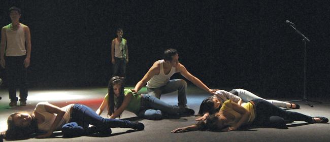 Cảnh trong vở kịch hình thể Được là chính mình (đạo diễn Như Lai), được thực hiện theo cơ chế xã hội hoá của nhà hát Tuổi Trẻ, với nội dung chống kỳ thị người đồng tính. Ảnh: Hi Lam