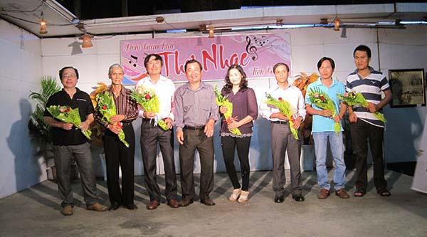 Soạn giả Huỳnh Anh - Chủ tịch Hội tặng hoa cho các tác giả