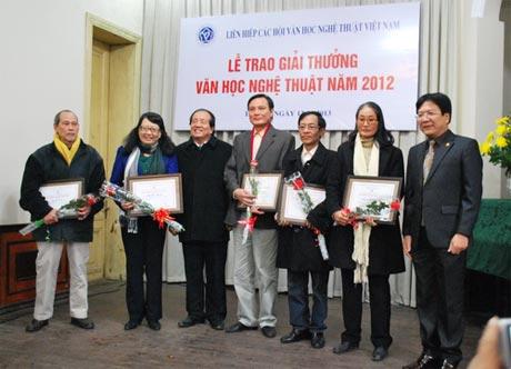 Thứ trưởng Bộ VHTT&DL Vương Duy Biên (ngoài cùng bên phải) và nhà thơ Hữu Thỉnh trao giải cho các tác giả đoạt giải A