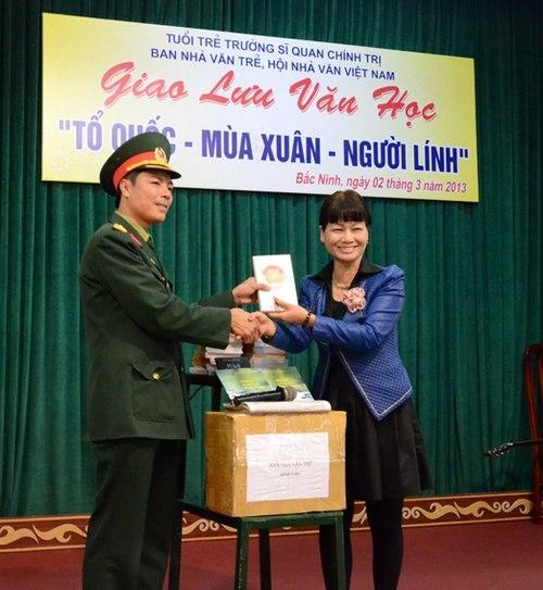 Nhà văn Võ Thị Xuân Hà - trưởng ban Nhà văn trẻ - tặng sách ch những người lính.
